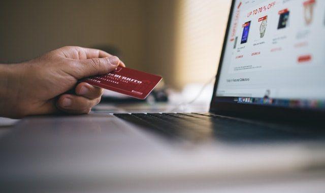 Bärbar dator och kreditkort